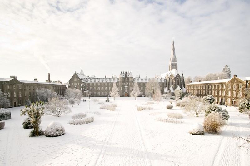 A snow covered St Joseph's Square - Cearnóg Sheosaimh clúdaithe le sneachta