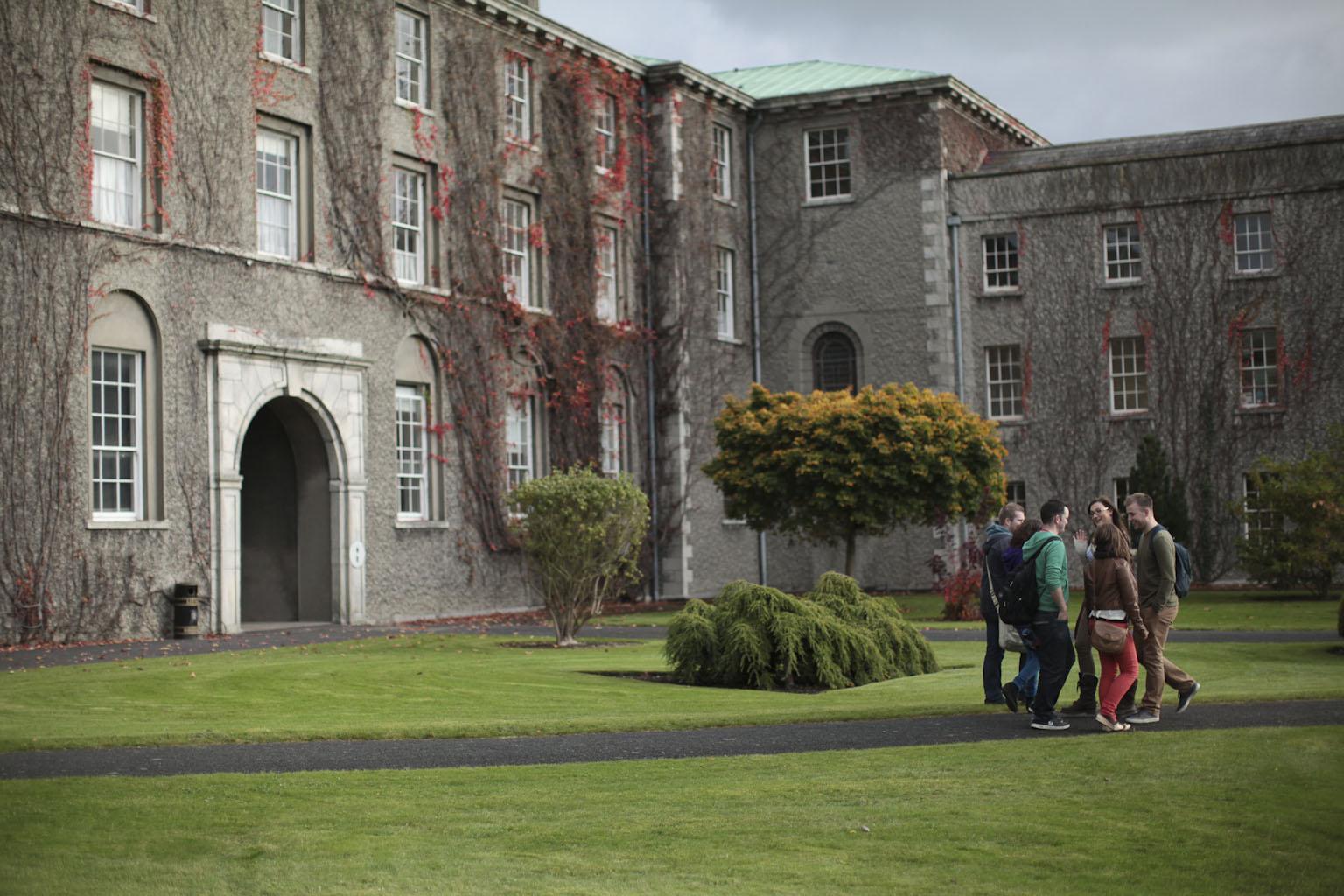 Long Corridor facing St Joseph's Square - An Dorchla Fada, ag amharc amach ar Chearnóg Sheosaimh