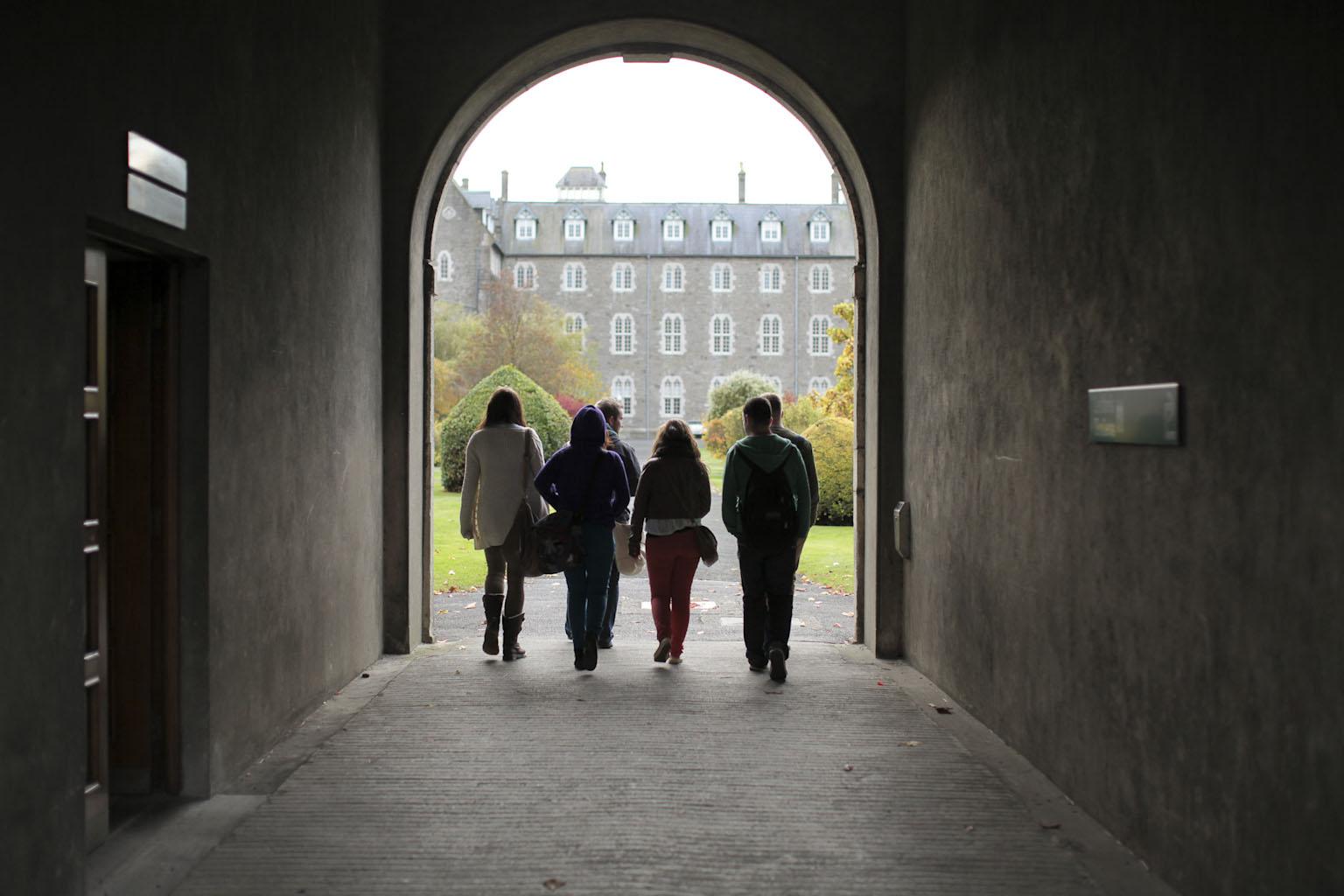 Archway on Long Corridor - Bealach Áirseach tríd An Dorchla Fada